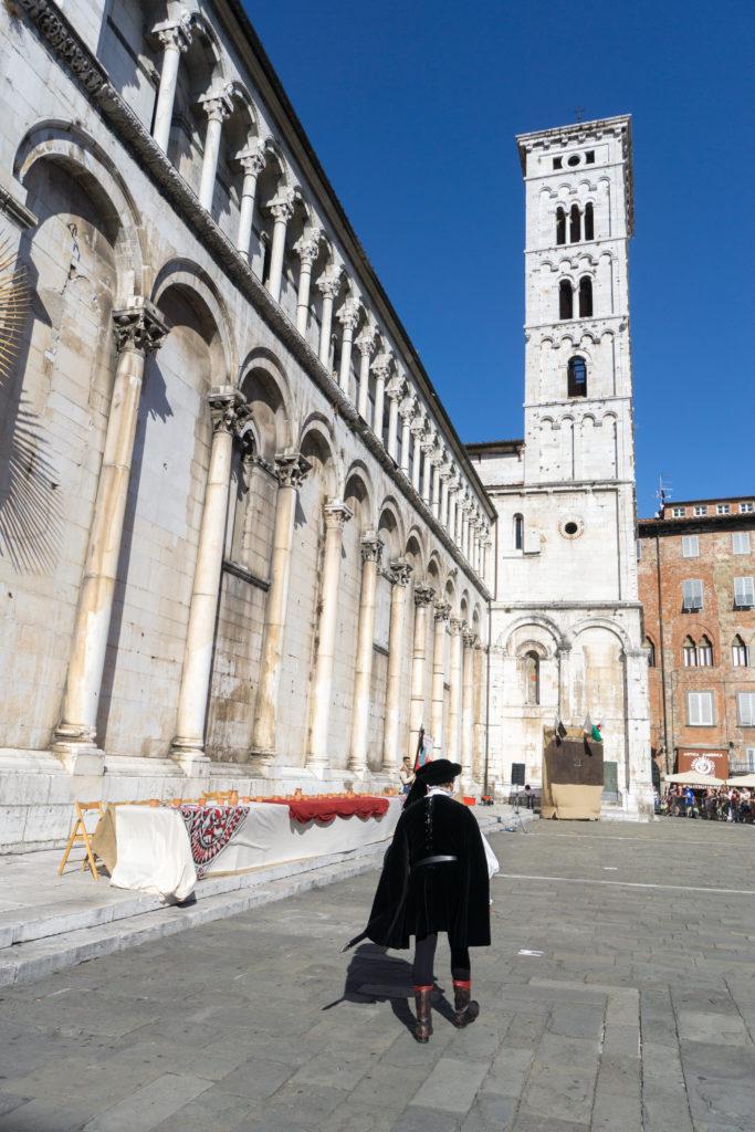 Au pied de l'église San Michele in Foro