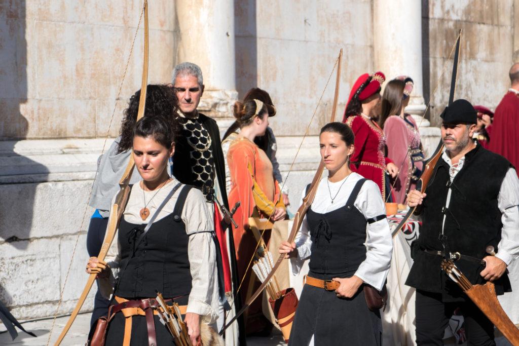 Les dames portent leurs arcs et flèches - Palio di Lucques