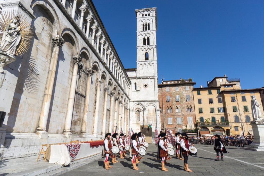 Les musiciens dans la Piazza San Michele de Lucques
