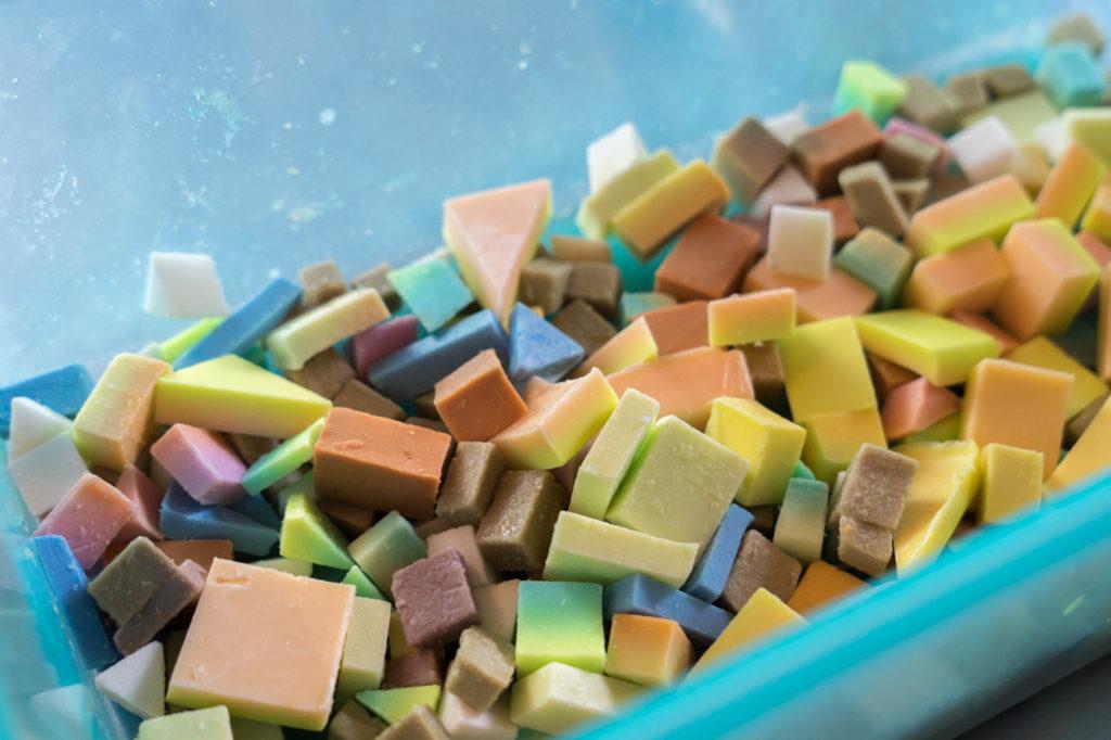Morceaux de savons multicolores