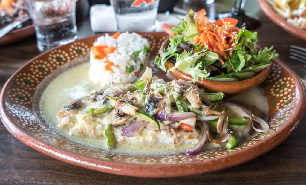 Poisson, riz et légumes - Guacamole y Tequila - Où manger à Magog