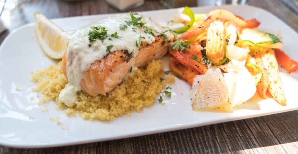 Repas de saumon et légumes au Edgar Hyperlodge de Bromont