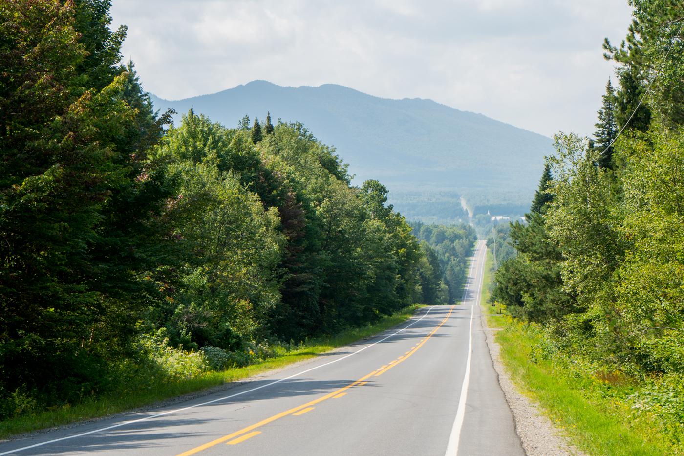 La grande route et les grands espaces du Québec sur la route des sommets des Cantons-de-l'Est