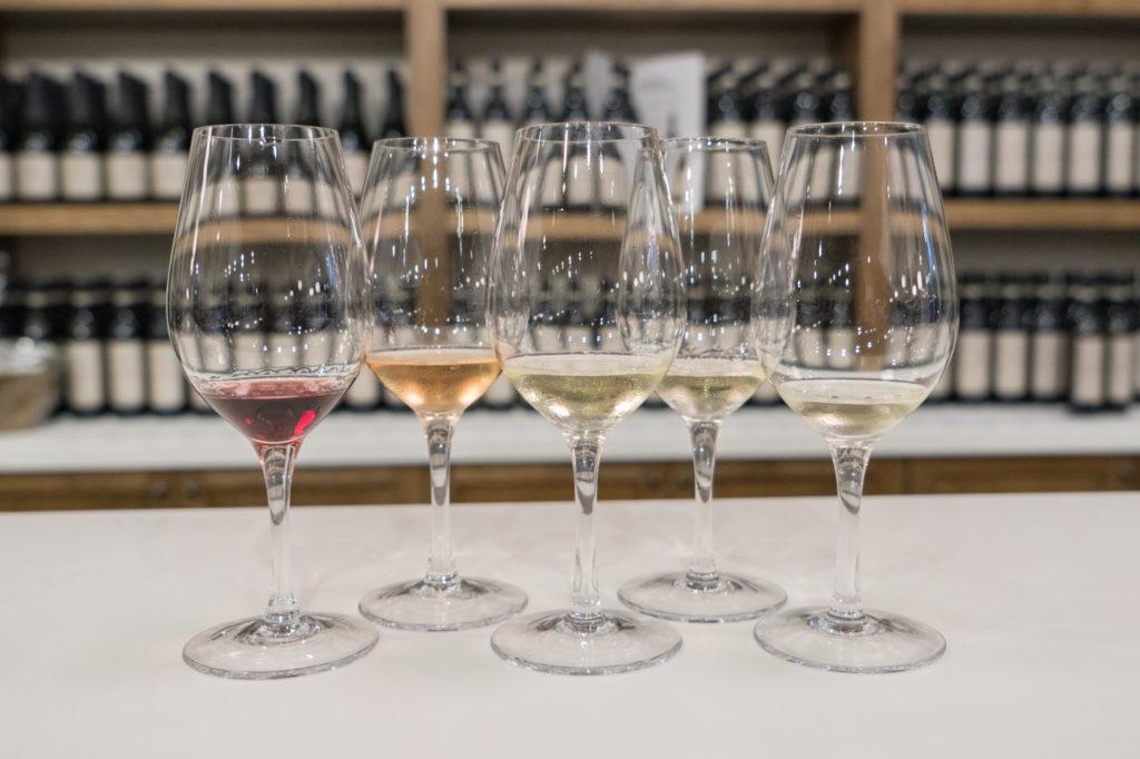 Verres de vin en dégustation au Vignoble du Ruisseau de Dunham