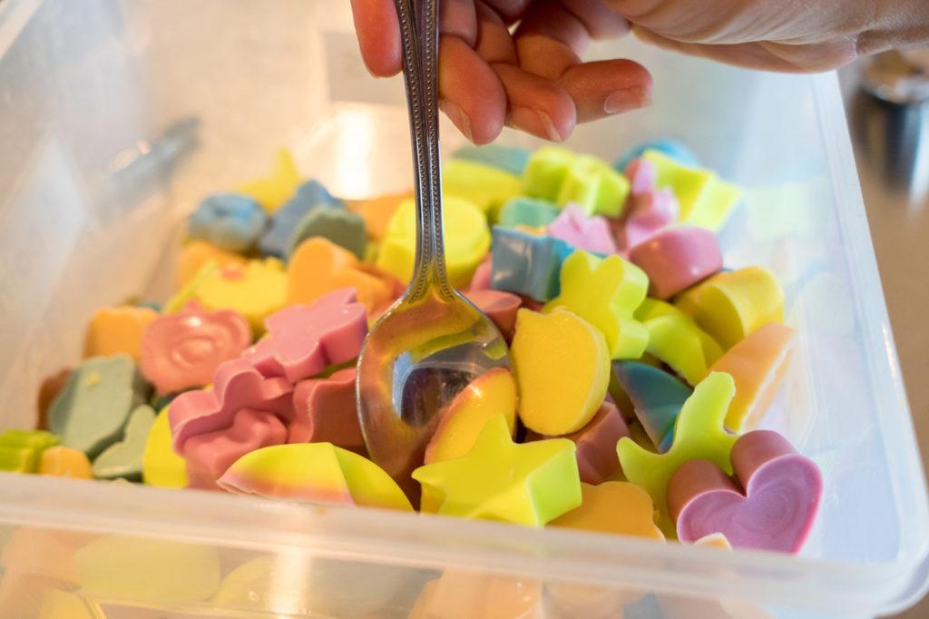 Petites formes en savon à l'atelier de fabrication de Savons des cantons