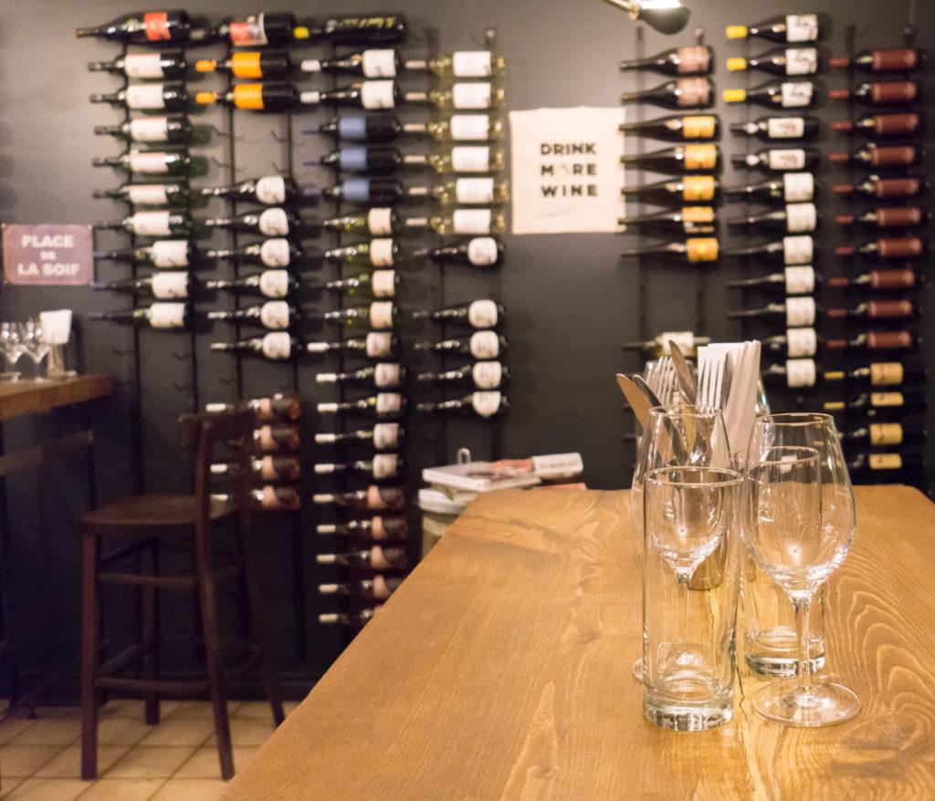 Salle à manger du Cul-Sec, Villeray, Montréal avec bouteilles de vin