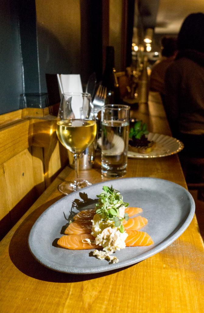 Saumon fumé et verre de vin au restaurant Cul-Sec à Montréal, Québec