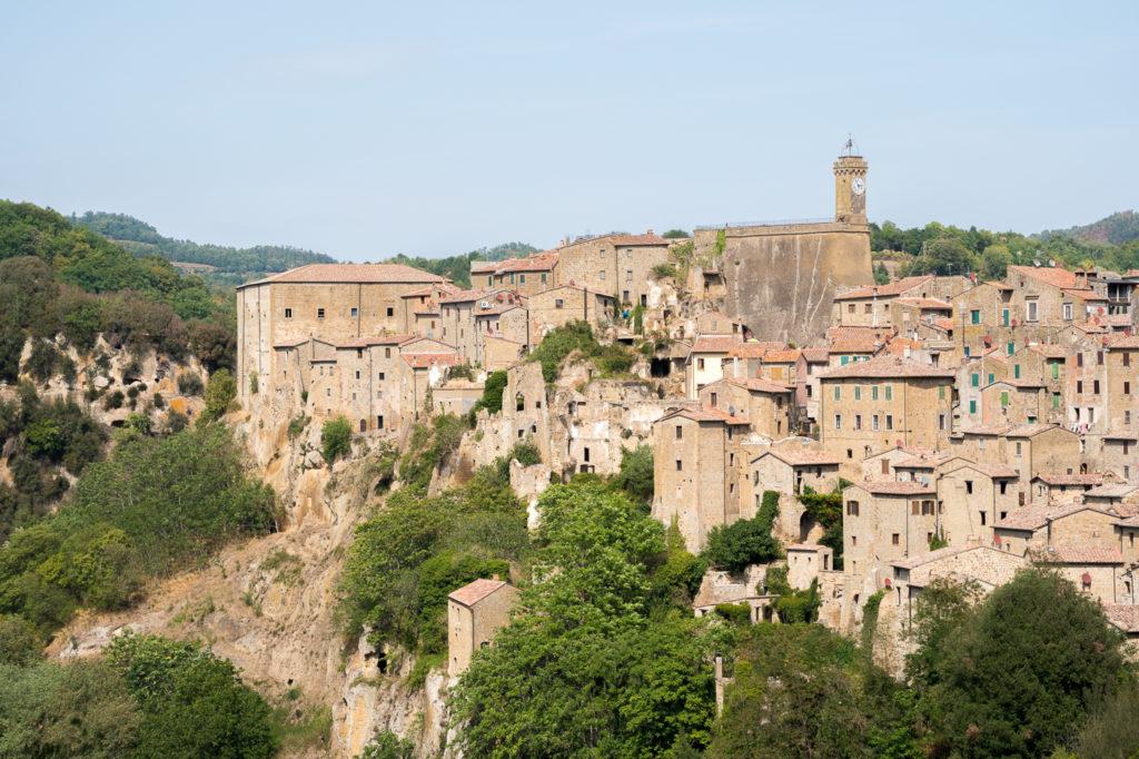 Vue de Sorano de la route - Village pittoresque de Toscane