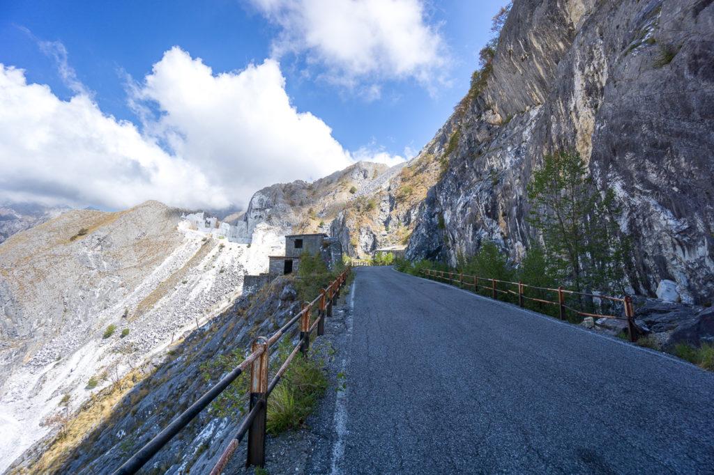 Insolite - Toscane - montagnes de marbre de Carrara