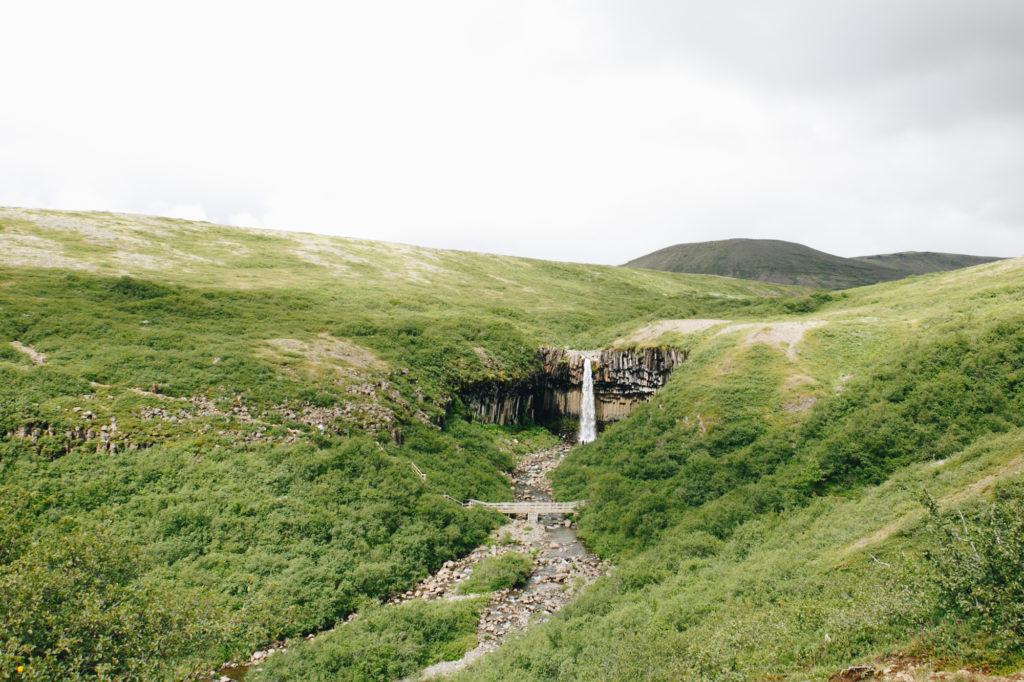 Photo de Svartifoss - chute incontournable en Islande par Lucie Bataille