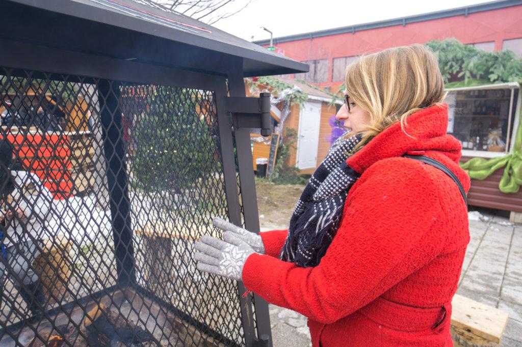 Maude se réchauffe les mains à Joliette, Lanaudière