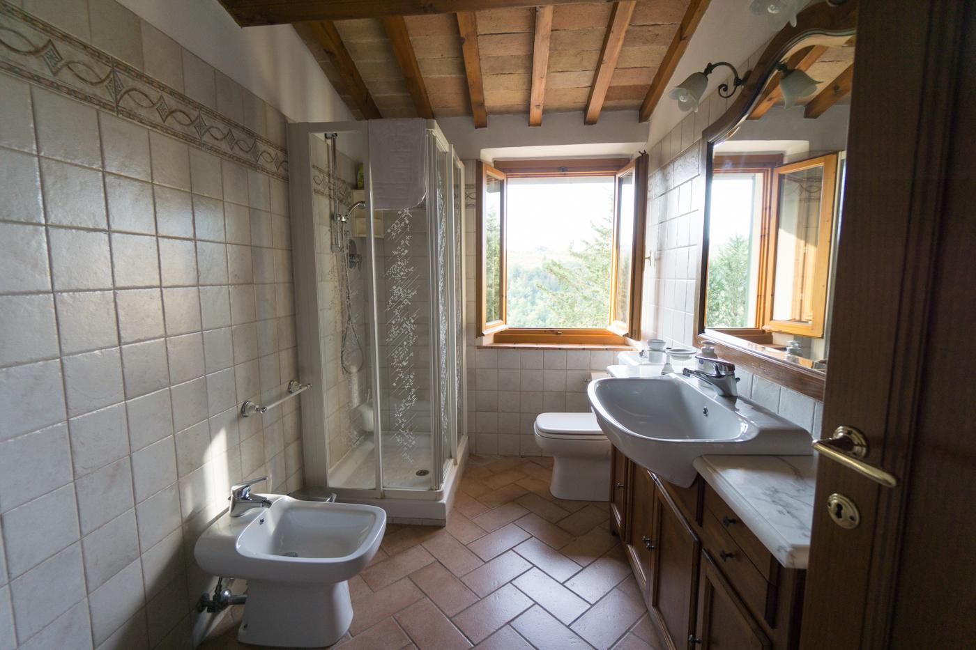 Salle de bain de l'agrotourisme Caslta di Sotto