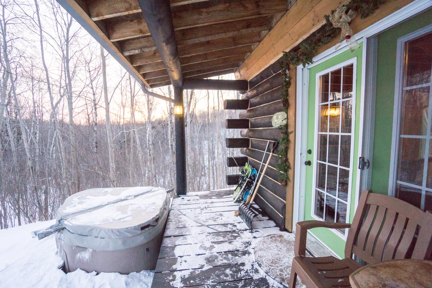 Spa sur le balcon du chalet en hiver - activité d'hiver au Québec