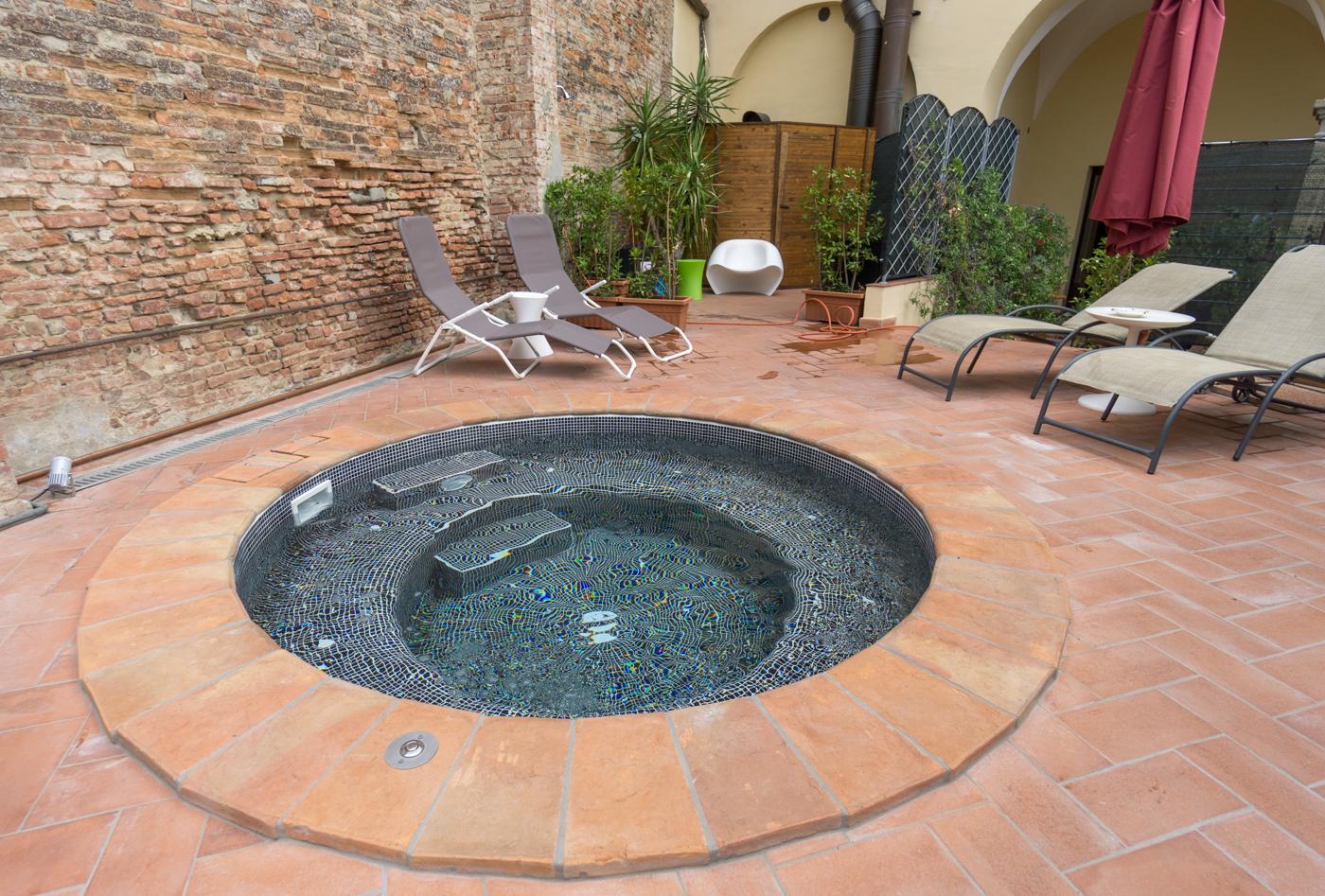 Petite piscine de l'Hôtel San Miniato en voyage en Toscane