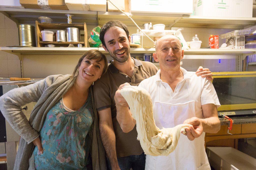 Arianna et Alessio de KM Zero Tours avec Bepe, le boulanger de Toscane
