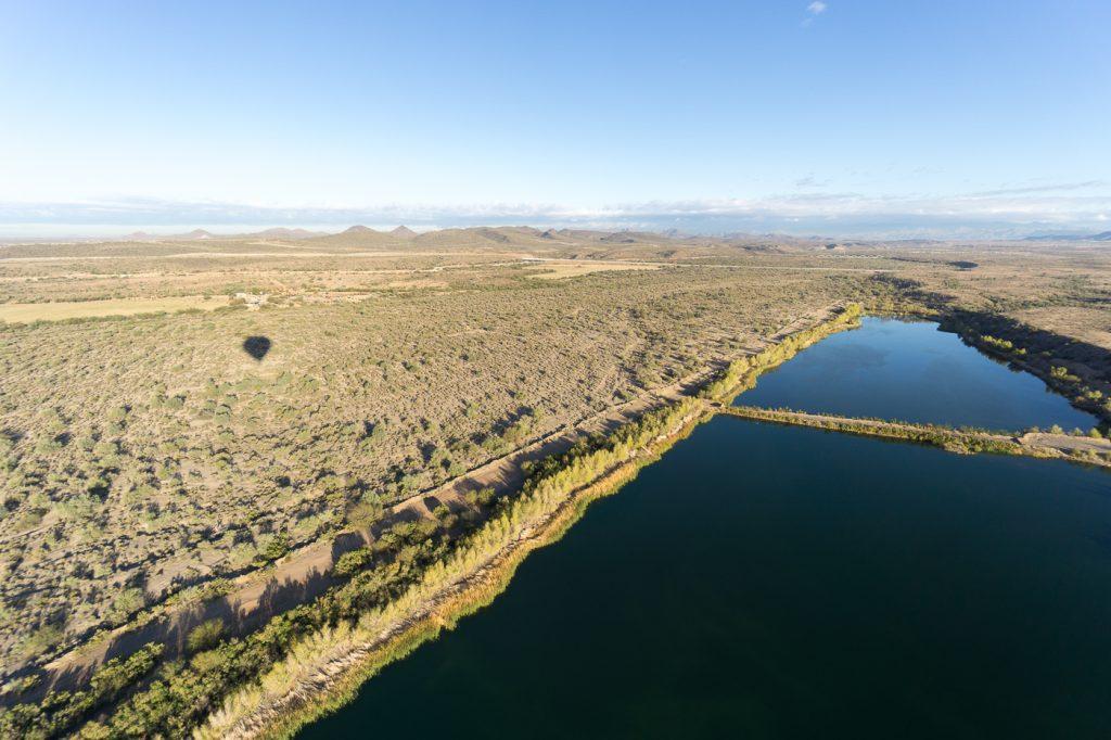 Bassin d'eau - Panorama de la montgolfière en Arizona