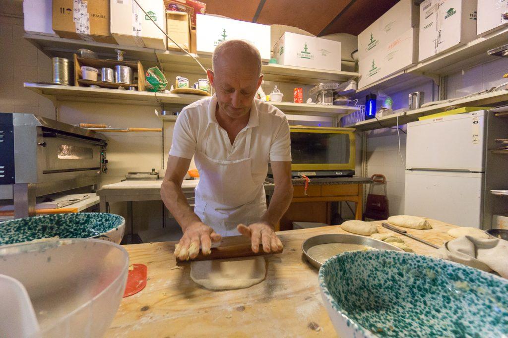 Bepe, le boulanger toscan en plein travail
