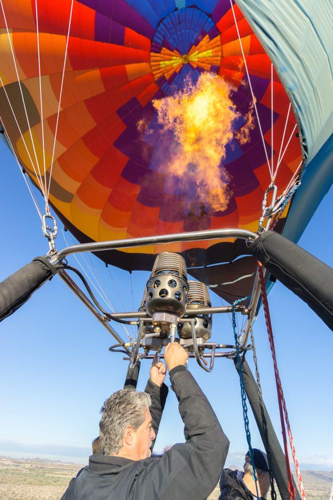 Feu dans le ballon - Envolée en montgolfière multicolore