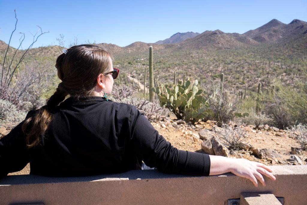Jennifer sur un banc du Parc national de Saguaro en Arizona