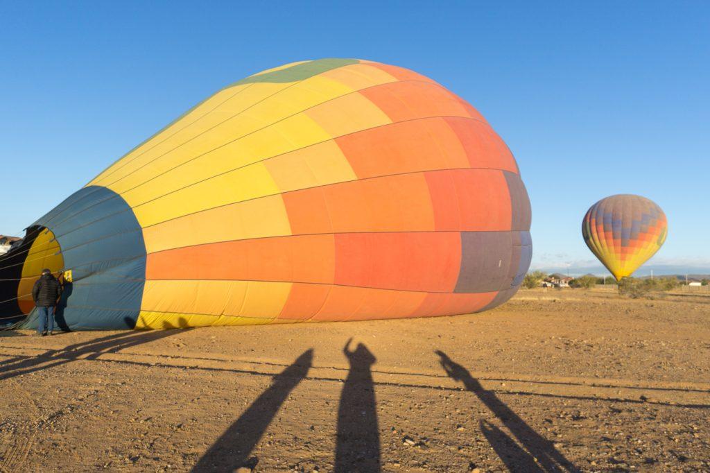 Préparation pour l'expérience de montgolfière en Arizona près de Phoenix