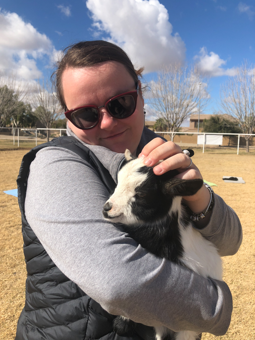 Jennifer avec un bébé chèvre au yoga en Arizona