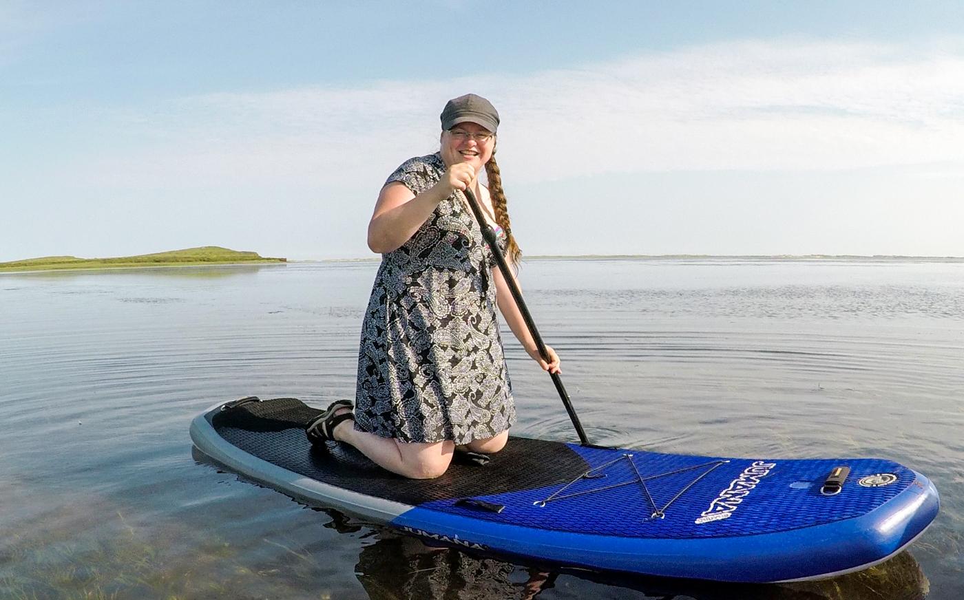 Stand-up paddle (SUP) aux îles de la Madeleine - Jennifer sur une planche à pagaie