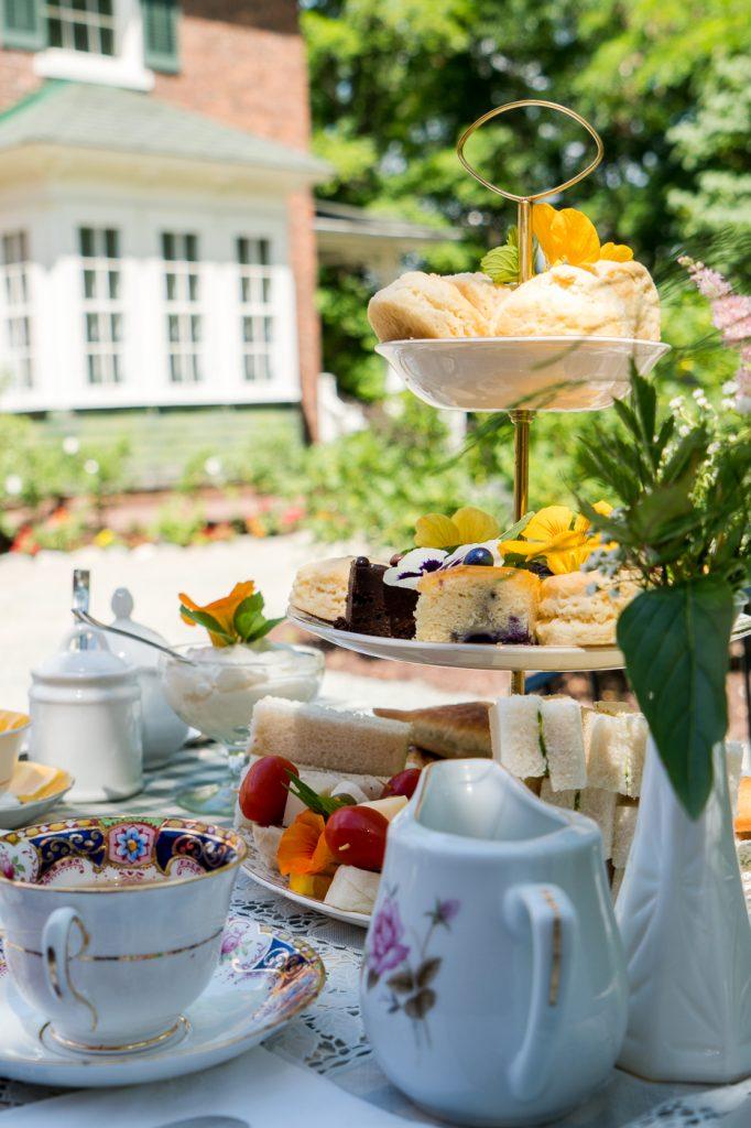 Service de thé à l'anglaise sur la terrasse d'Uplands à Lennoxville, Québec