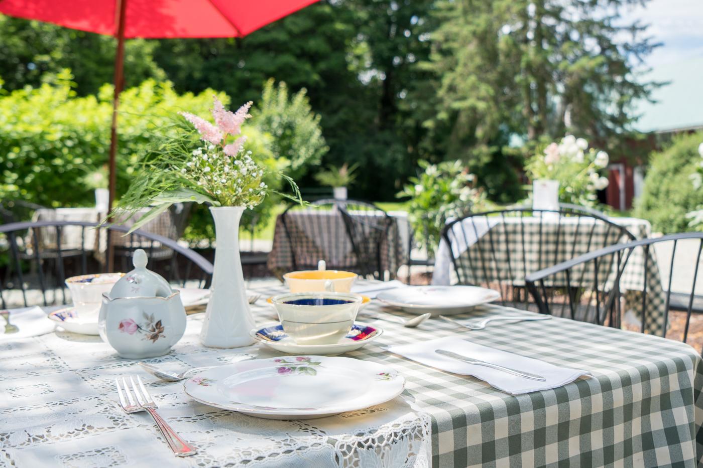Table sur la terrasse du thé à l'anglaise de Sherbrooke