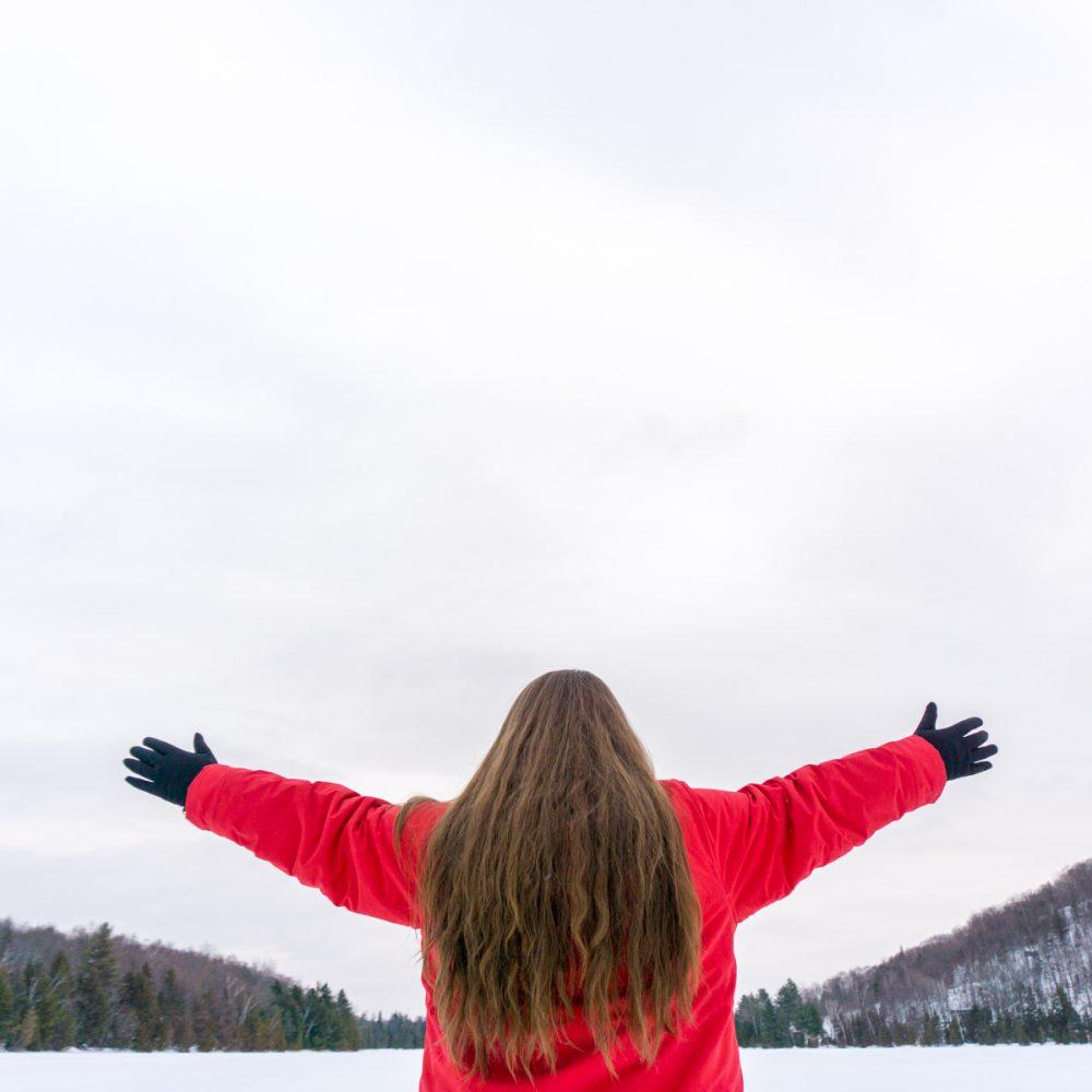 Jennifer à l'auberge du Lac Morency devant l'horizon