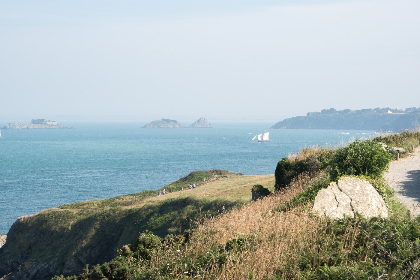 Panorama avec goélette au large de la Pointe du Grouin en Bretagne