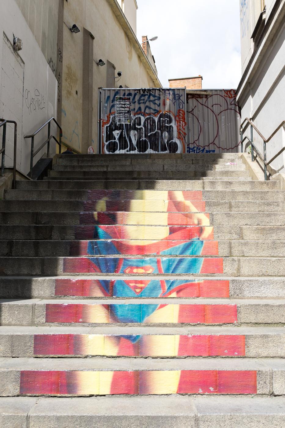 Superman dans l'escalier à Rennes - Street art