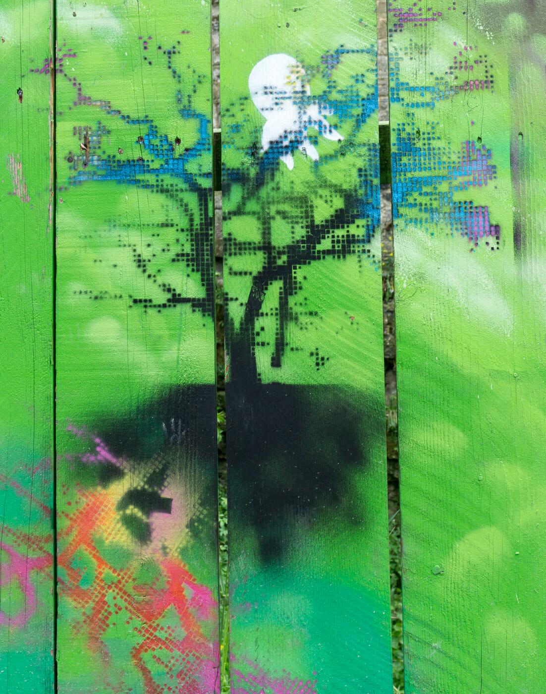 Arbre sur fond vert - Art de rue