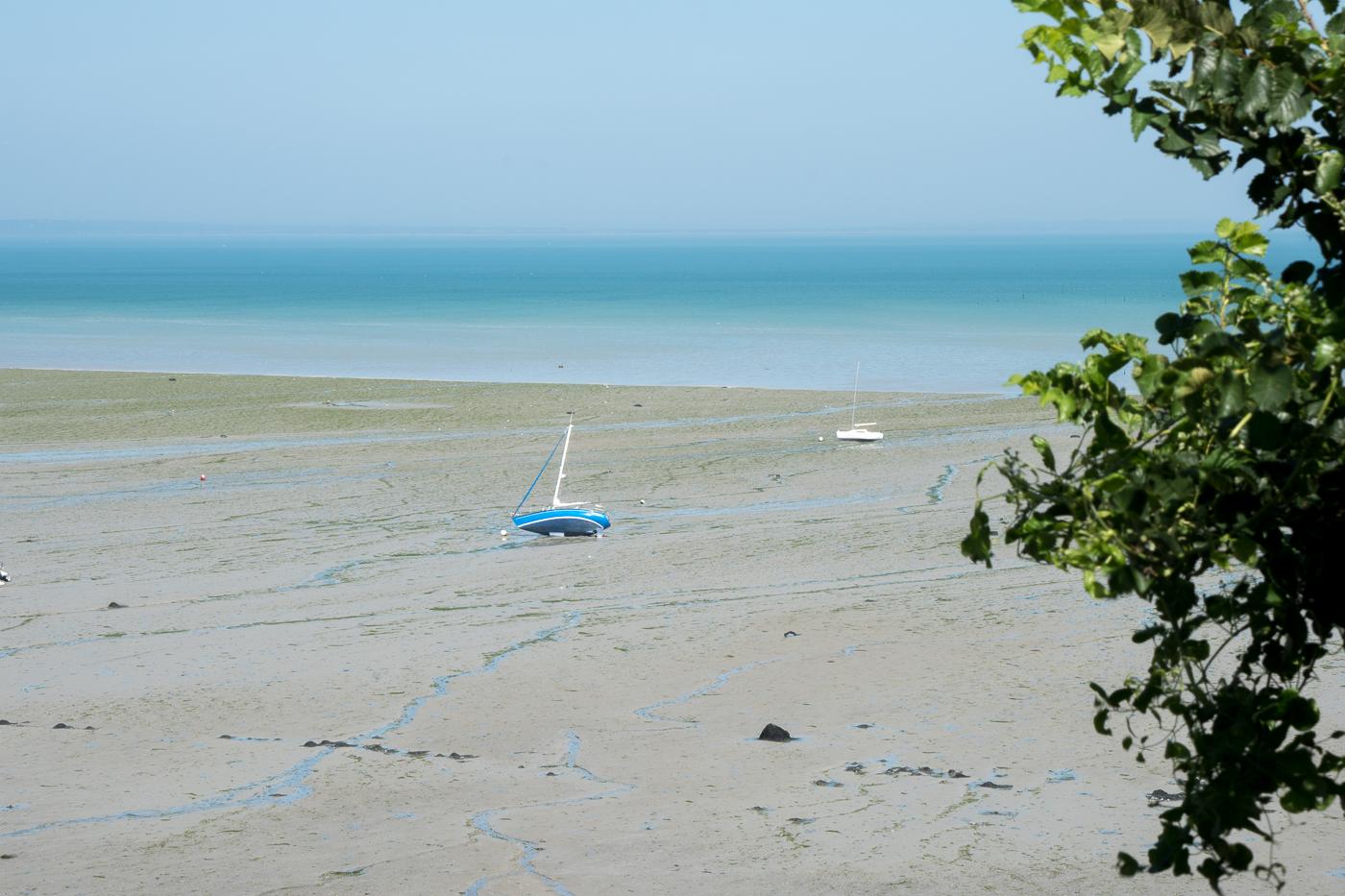 Bateau à marée basse à Cancale