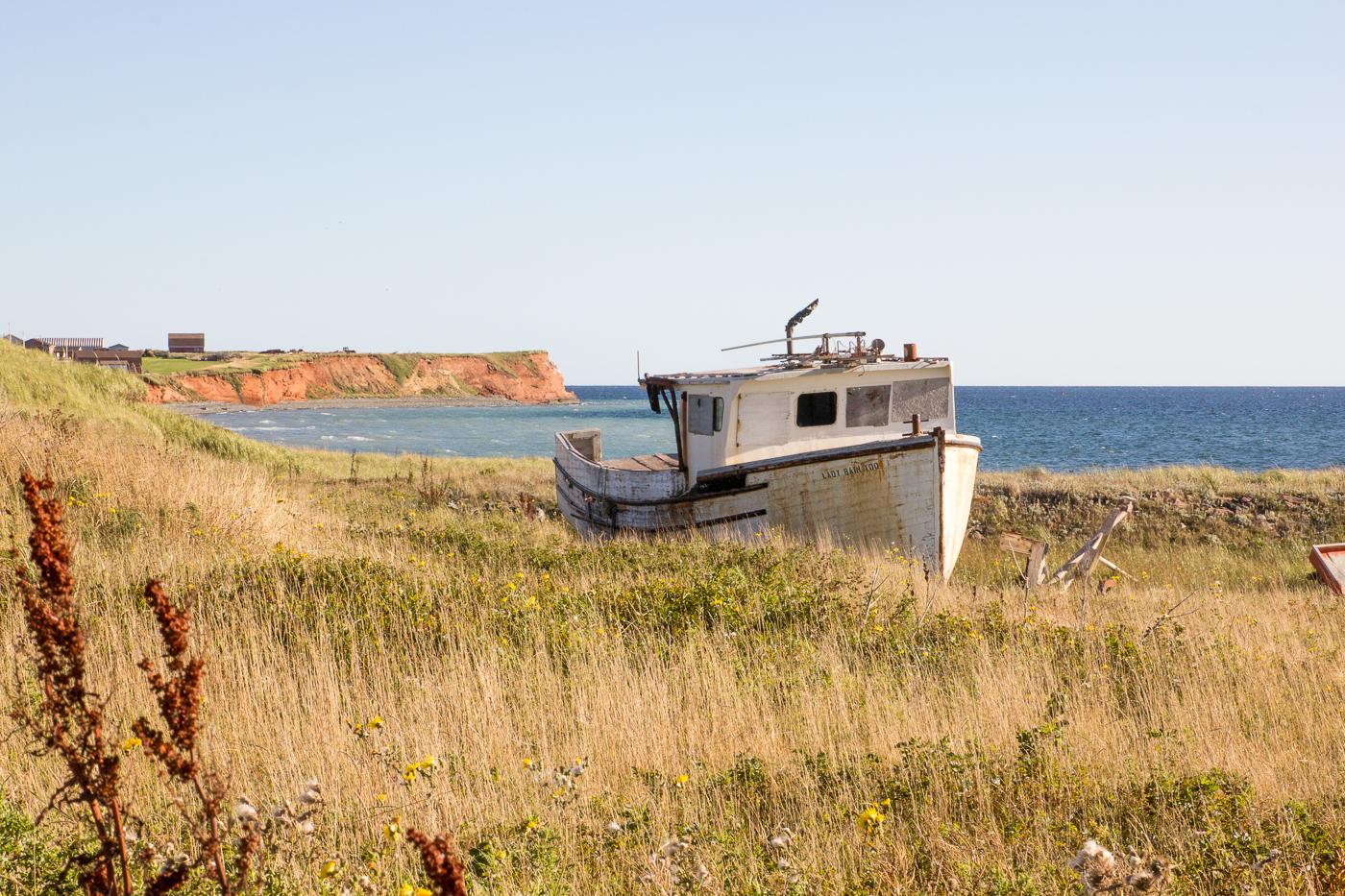 Bateau abandonnée sur l'île d'Entrée aux îles de la Madeleine