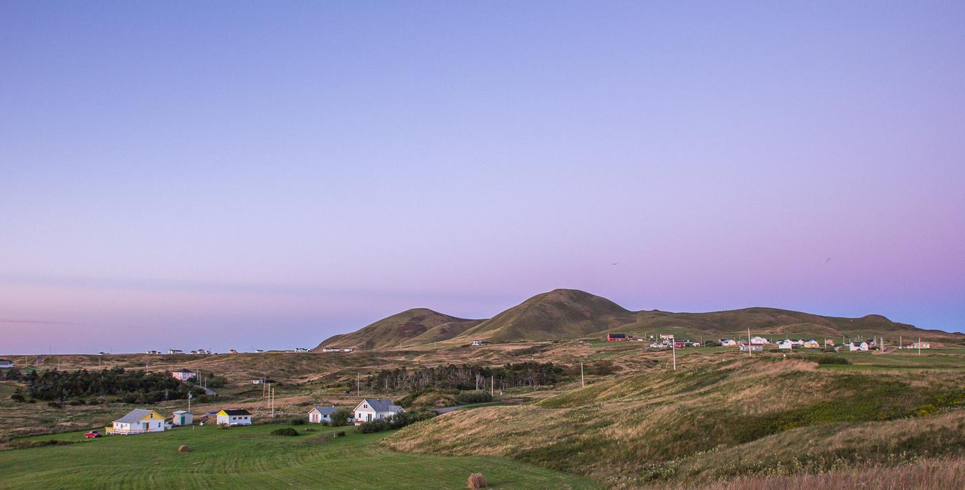 Ciel mauve sur la Big Hill, un incontournable des îles de la Madeleine