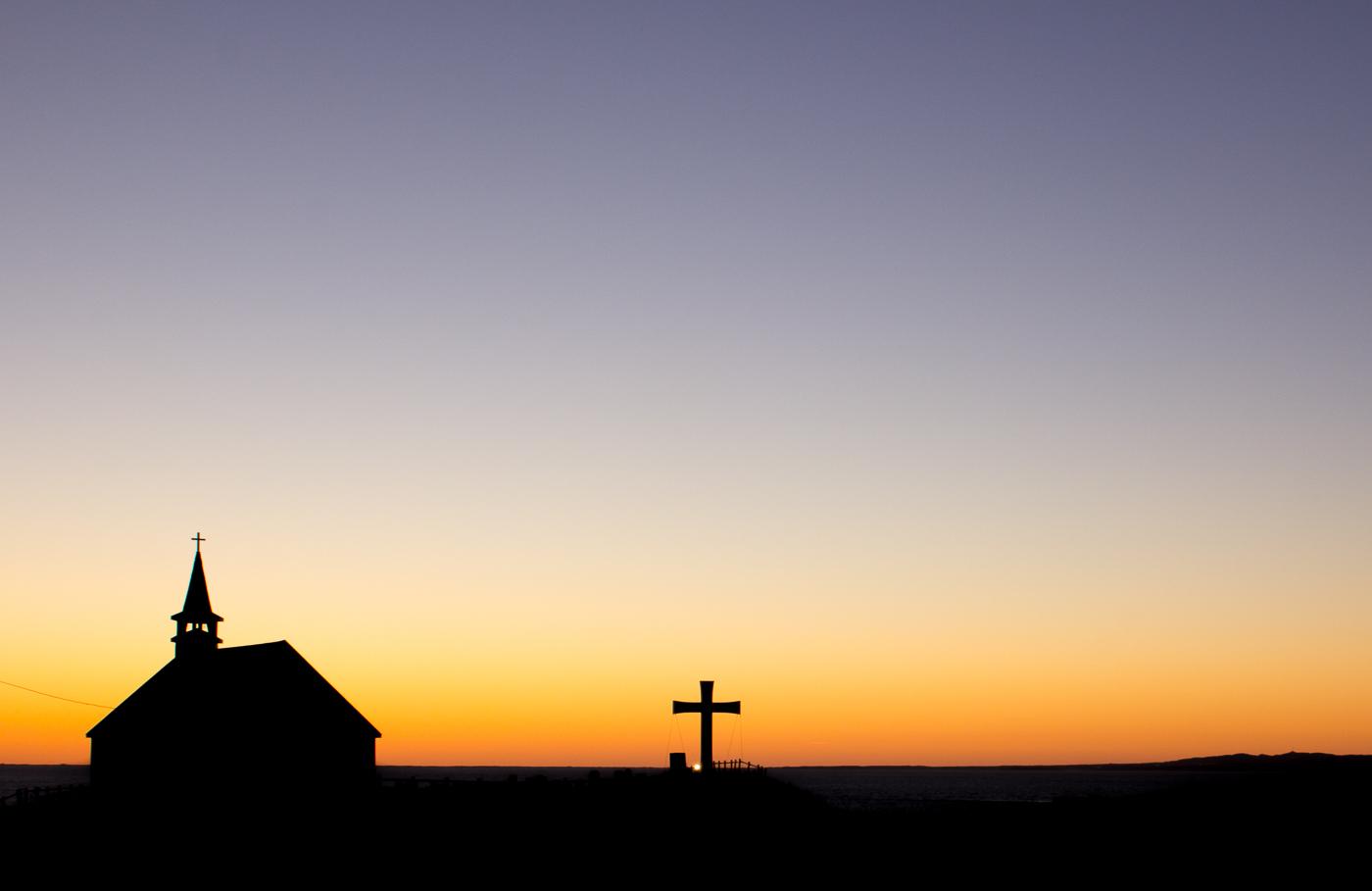 Église de l'île d'entrée au coucher de soleil sur l'archipel