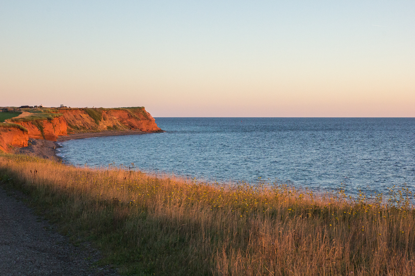 Falaises orangées au coucher de soleil sur l'île d'Entrée - Quoi faire aux îles de la Madeleine