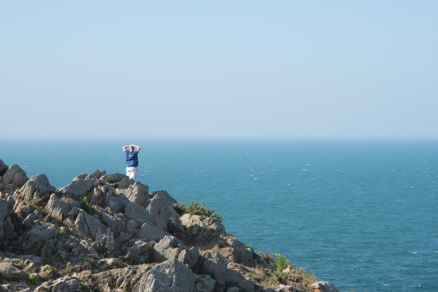 Jérôme admire l'océan en Bretagne de la pointe du Grouin