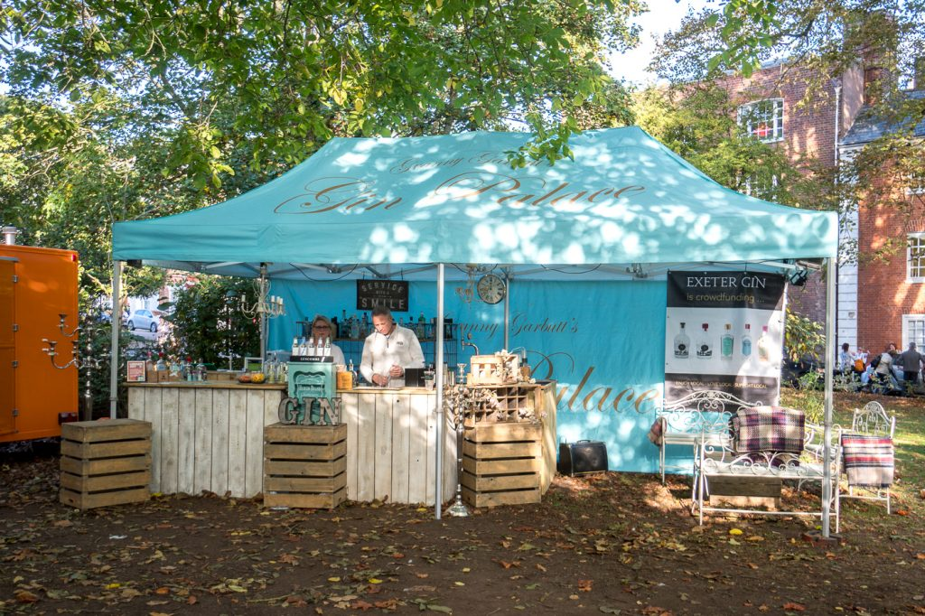 Kiosque Exeter Gin au marché local de la ville
