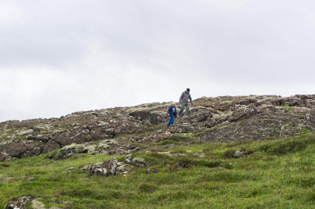 Idiots qui marchent hors des sentiers battus en Islande - Tourisme responsable