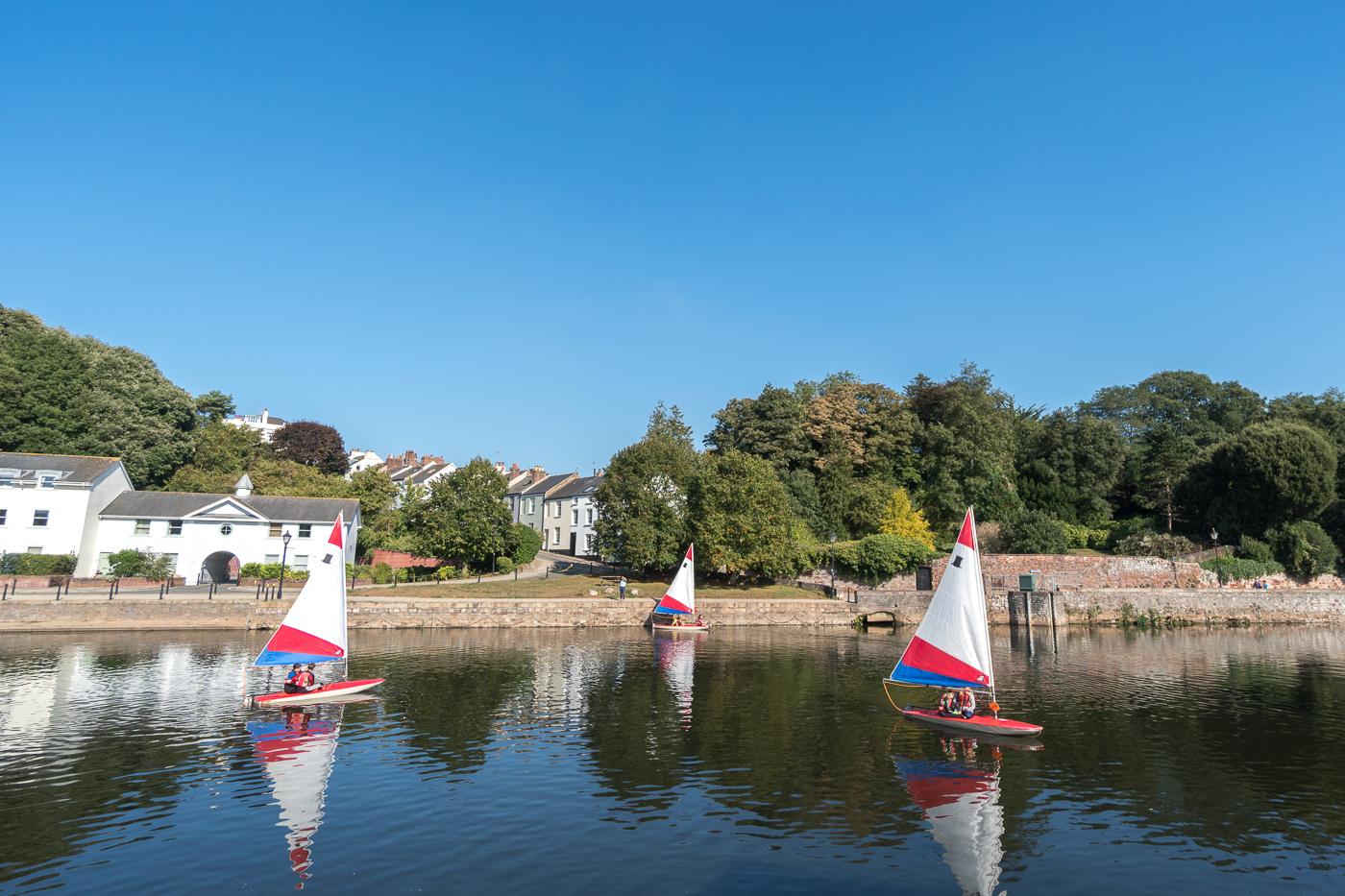 Petits voiliers sur l'eau au Exeter Quayside
