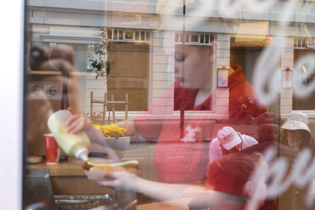 Quoi manger en Islande - Hot dog de Baejarins Beztu Pylsur à Reykjavik