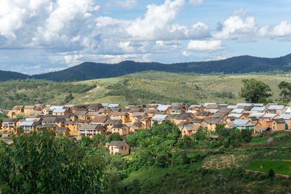 Maisons au loin - Village de Madagascar