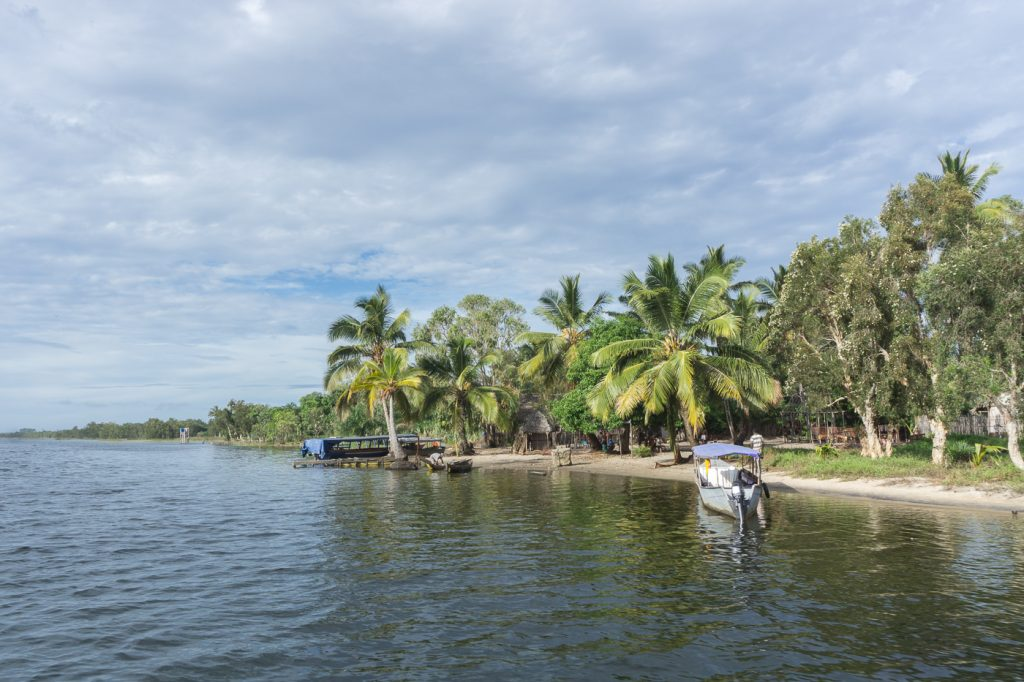 Palmiers et bateaux en bordure de rivière du canal des Pangalanes