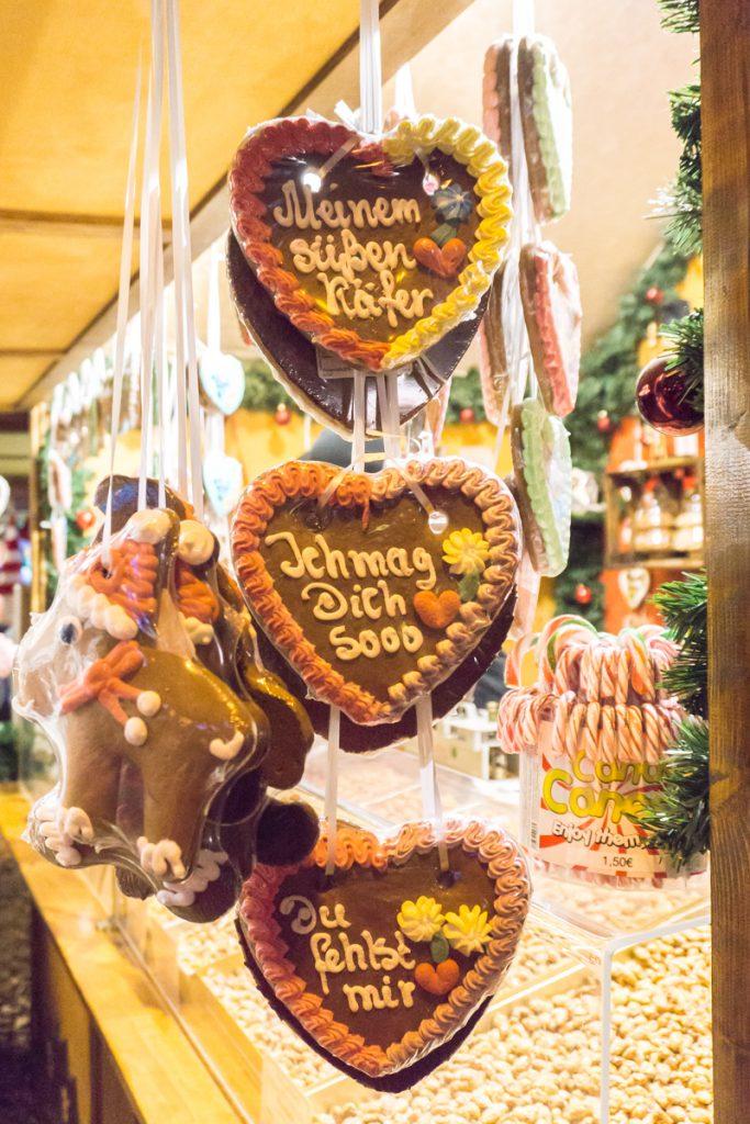 Lebkuchen, biscuits en coeur suspendus à manger dans les marchés de Noël