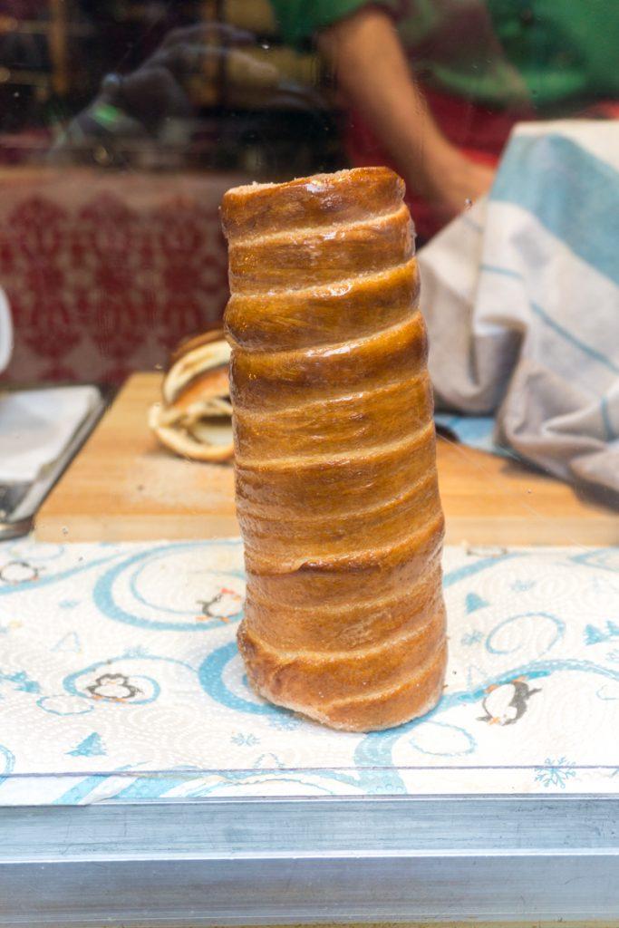 Quoi manger dans les marchés de Noël en Europe - préparation de Kurtos Kalacs, spécialité hongroise