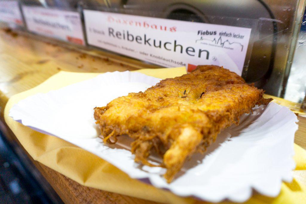 Reibekuchen, galettes de patates à manger au marché de Noël en Allemagne