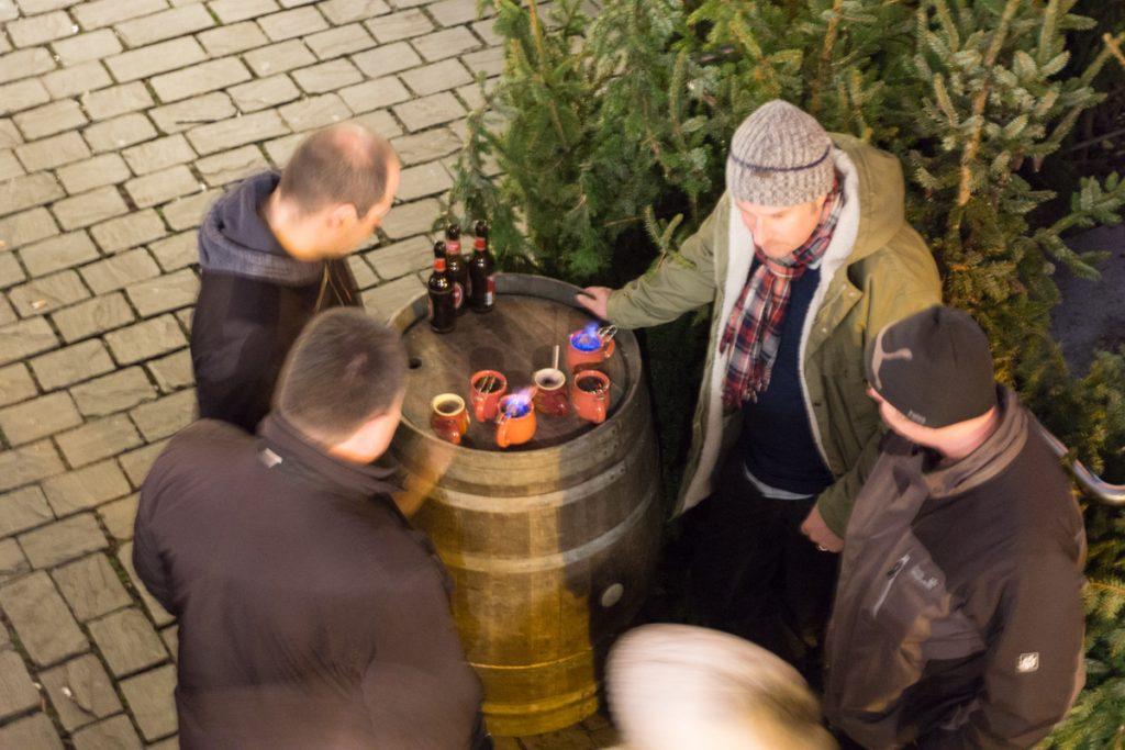 Touristes qui boivent du vin chaud au marché de Noël de Cologne, Kölner Weihnachtmarkt