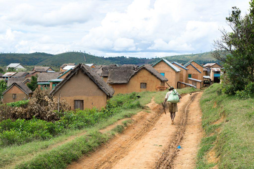 Villageois qui marche dans le chemin