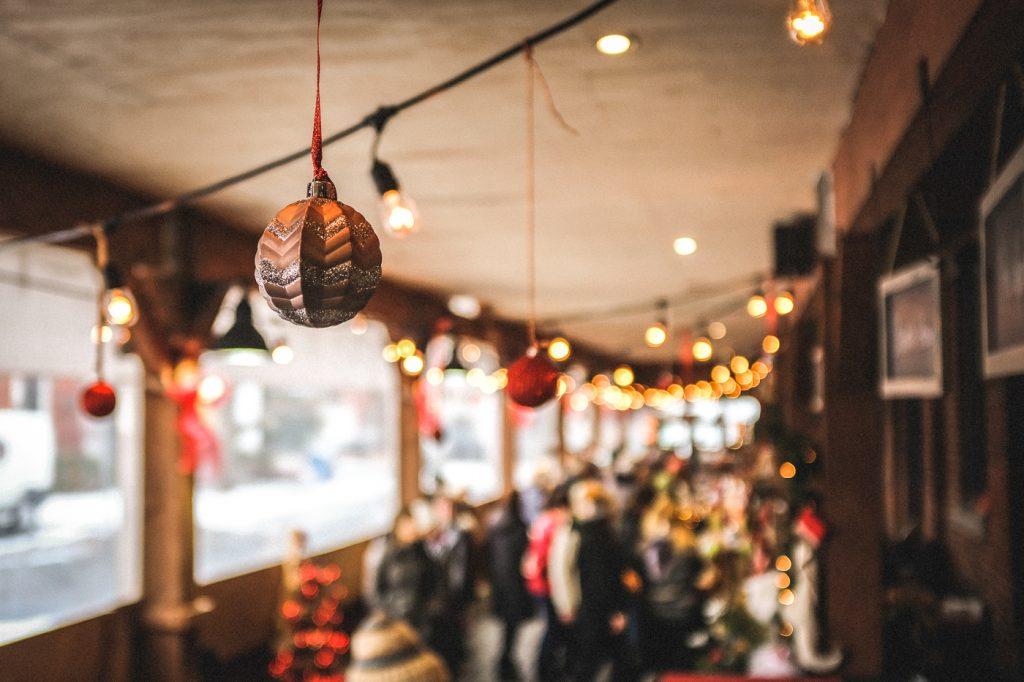 Boule suspendue dans un Marché de Noël du Québec